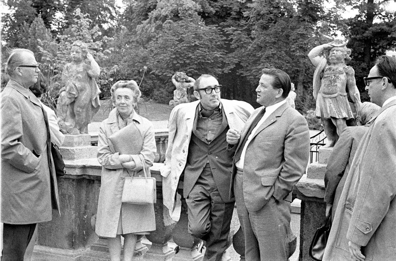 Goethe-Theater-Klub (1968) – umgeben von Klubmitgliedern, der Direktor des Goethe-Nationalmuseums Weimar, Prof. Dr. Willi Ehrlich, auf dessen Initiative die Restaurierung des Theaters und der Kuranlagen 1966 – 68 erfolgte