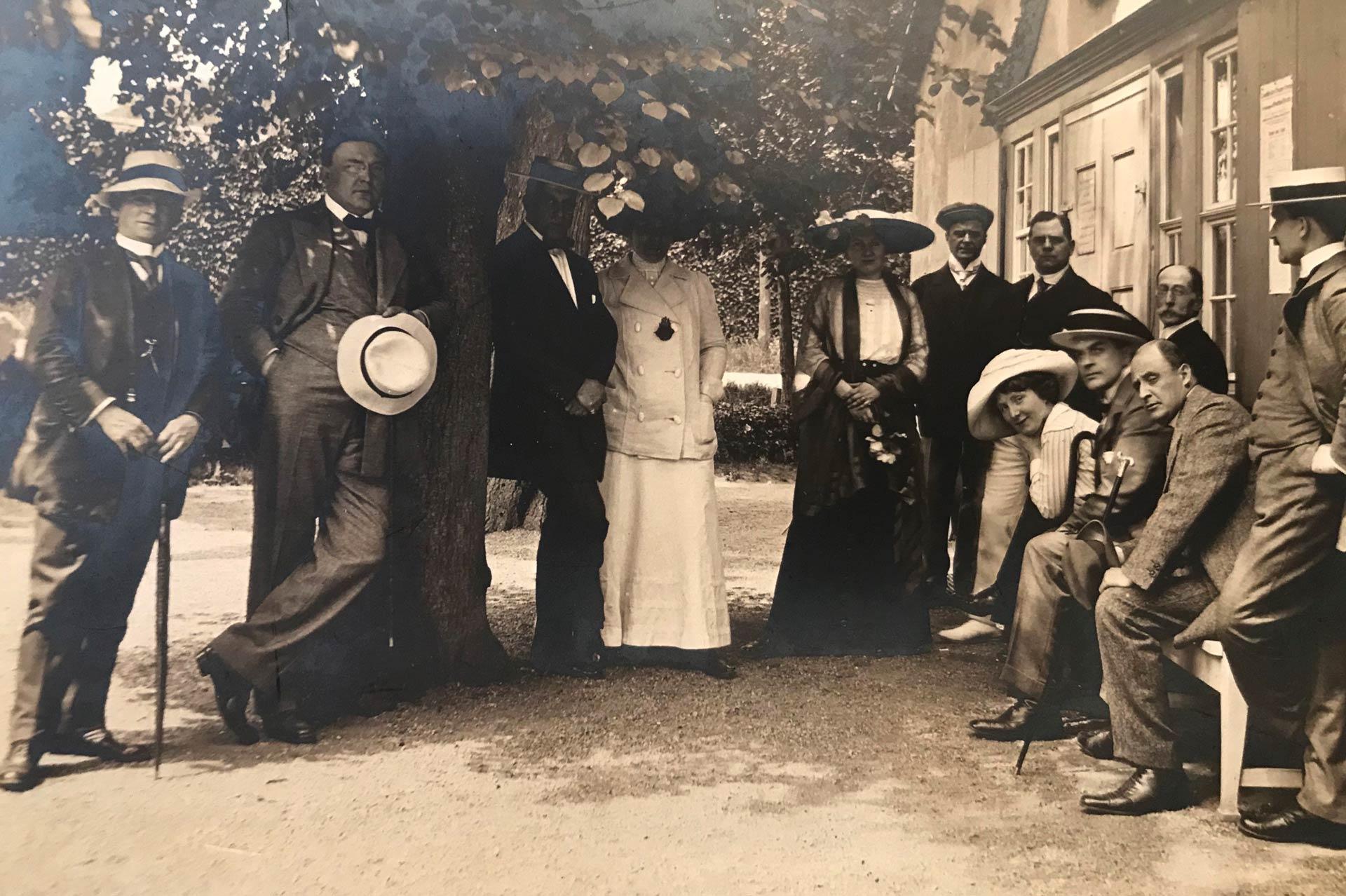 Mitglieder des Theatervereins vor dem Goethe-Theater Goethe-Theater-Klub, 1908